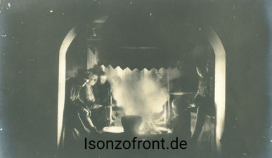 Soldaten des W.G.B. sitzen an einem friaulischen Kamin. Sammlung Isonzofront.de