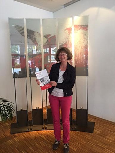 """Annette Majewski mit der Ausstellungspublikation """"Heimat in der Fremde"""" © Maike Wöhler"""