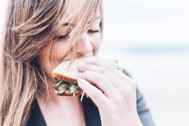 femme-qui-mange-un-sandwich