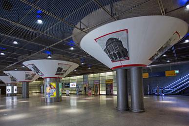Pilköpfe im neuen Design. Der Künstler Steven Karlstädt am Regionalbahnhof Potsdamer Platz.