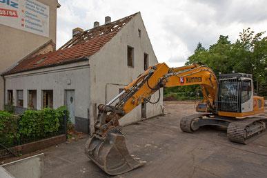 Ein altes Bauerngehöft am Mariendorfer Damm in Berlin wird abgerissen.