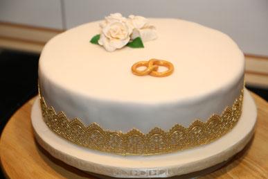 Hochzeitstorte Goldfochzeit Champagner Ringe Rosen