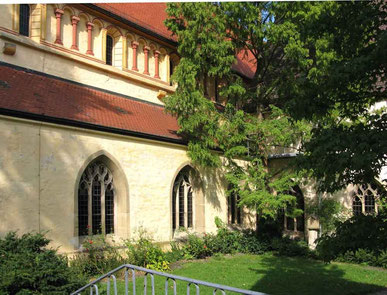Kloster Denkendorf, Kirche Seitenansicht mit Klostergarten - © Traudi