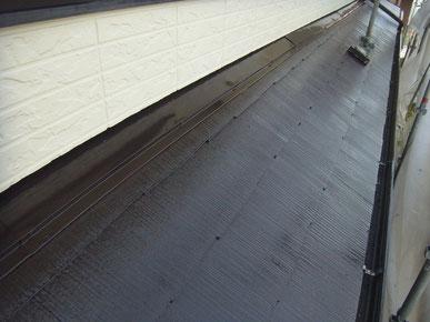 北側コロニアル屋根塗装完成写真。弱溶剤遮熱塗料使用。