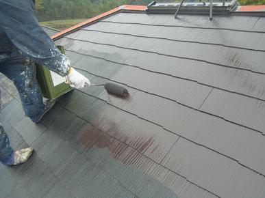 コロニアル屋根の遮熱塗装をローラーにて塗装している状況。パラサーモシリコン使用。