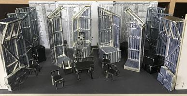 Das Bühnenbild des Theaterstückes Oskar Schindlers Liste