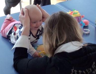 Kerstin Schmitz mit einem Kind - Konfiguration von Becken und Brustkorb erlauben die Kopfhebung