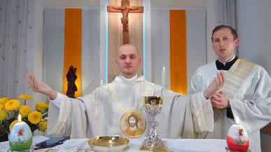 Pfarrer und Diakon während einer Live-Stream-Messe auf YouTube