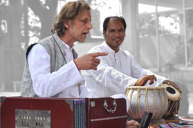 adam et Shivananda animent un kirtan chant sacré de l'Inde dans le plus vieux temple de Rishikesh (Virbhadra)  paix, énergie, méditation, transe vocale,chant traditionnel indien, chant sacré de l'Inde, Mantras, sanskrit