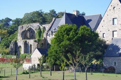L' Abbaye de Beauport où se cotoient en harmonie les parties anciennes et celles restaurées sur fond de prairie et arbres majestueux