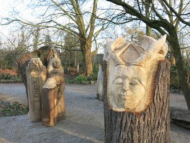 Figures en bois sculptés