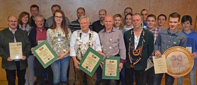 Gruppenbild der Sieger von Königsschießen, Vereinsmeisterschaft + Vereinspokal und die neu ernannten Ehrenmitglieder