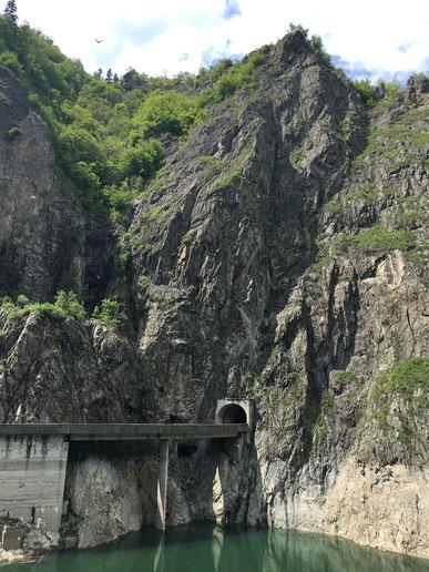 Durch vier Tunnel führt die Straße am  Vidraru-Stausee vorbei.