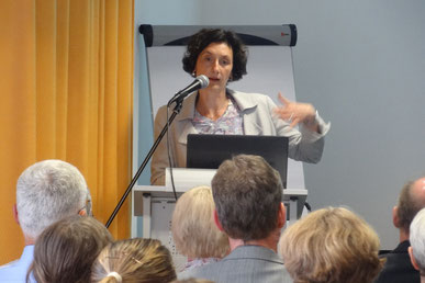 Anhand aktueller Texte machte  Prof. Dr. Iris Winkler deutlich, wie sehr unser Vorwissen das Textverstehen beeinflusst. Foto: Ulrichs
