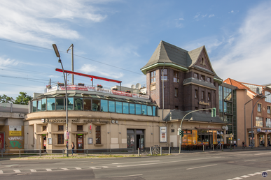 Stellwerk und Bahnhof Lichterfelde Ost.