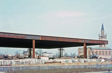 Der U-Bahnhof Schloßstraße und der Bierpinsel. Bauwerke des Brutalismus.