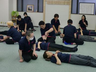 しんそう京都研修会の様子 しんそう療方を練習しています