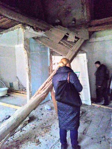 Балка чердачного перекрытия разрушилась. Потолок упал на жильцов. Старый фонд.
