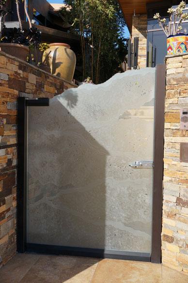 このガラスを使った門扉のデザインは斬新!これはさすがに日本では見た事が無い。勉強になります。