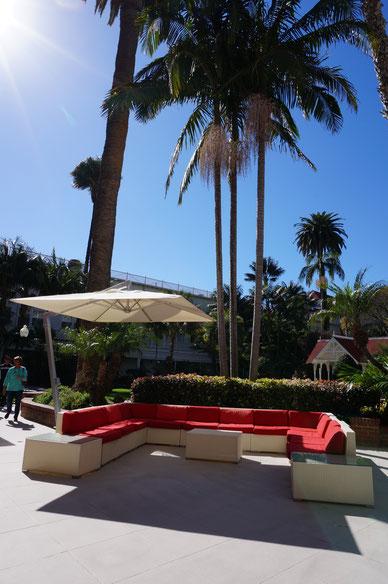中庭にあった素敵なファニチャー 赤いソファと青い空。そしてヤシの木。