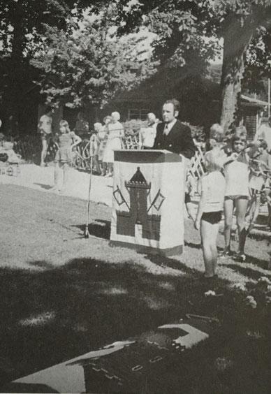 Hartmut Müller (1. Vorsitzender) eroffnet die Bootstaufe (10. August 1975).