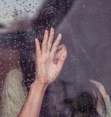 femme-qui-pleure-contre-fenetre-avec-de-la-pluie