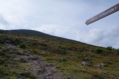「Sugarloaf Hill」へと続く登山道の入り口。中腹にはこの山に埋葬された「Samuel Grubb」のモニュメントがあります。