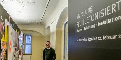 Marc Jung an seiner Installation im Cranach-Haus. Eröffnet wird die Ausstellung am Freitag. Foto:  Thomas Klitzsch