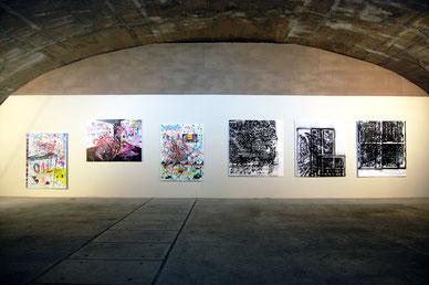 Eine Spraydose war ihr Pinsel: Jeweils drei Arbeiten von Marc Jung (links) und Il-Jin Atem Choi hängen an der Wand in den Räumen des Frankfurter Kunstvereins Familie Montez.