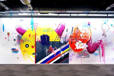 """Mitte: Im neuen Facebook-Büro wimmelt es vor lokalen Bezügen. An dieser Wand ist eine """"Interpretation der East Side Gallery"""" des Künstlers Marc Jung."""