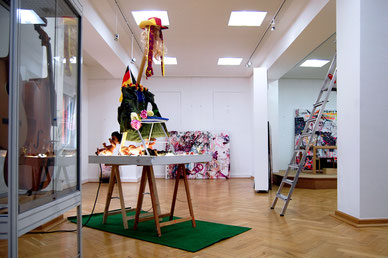 "Aufbau der Ausstellung ROST IN PEACE in der Galerie ""Art In"" in Meerane, 2014"