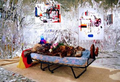 """Effektvolles Opening: Marc Jungs Installation """"Hellcome to Germany"""" ist das erste Kunstwerk, das der Besucher sieht."""