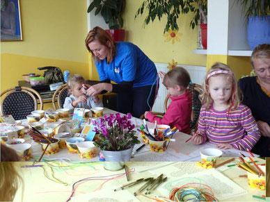 Andrea hilft beim Loomen: Die Kleinen sind eifrig dabei!