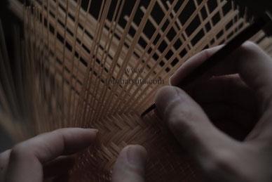 竹籠の編み目を整える