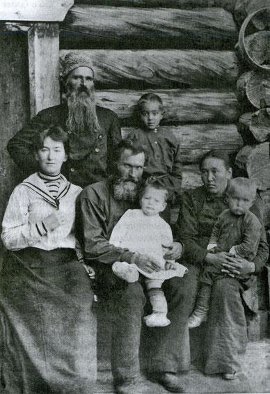 В.М. и М.Н. Ионовы с семьей