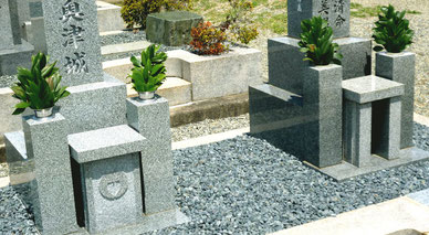 """緑の葉っぱだけで""""清楚""""でさわやか-神道のお墓(お線香立てが無い)"""