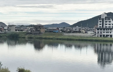 秋の犬山城下の木曽川