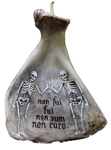 """""""Non Curo"""" / Participation à l'exposition collective """"Ossuaire"""" / Acrylique sur os / h.18cm / Kinder-k 2014"""