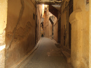 メイン通りからは何本もこんな感じの細い道が迷路のようにあります。入ったら、必ず迷います(笑)