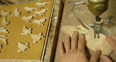 リーブ材のブローチ 糸鋸盤で切り抜き