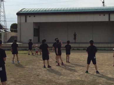バレーのメンバーとのBBQの後、やっぱりバレーで遊ぶ娘たち。 体力どんだけあるのー??
