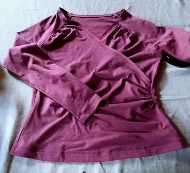 rosafarbenes Wickelshirt mit langen Ärmeln © Griselka 2020