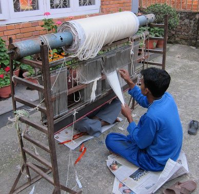 Traditioneller Webstuhl einer Manufaktur in Nepal für Kaschmirtuche