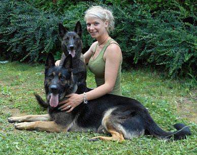 Frau mit zwei Schäferhunden