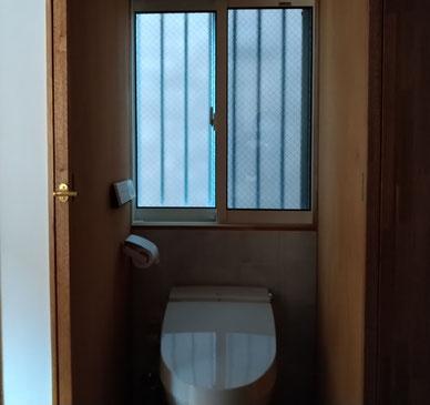 トイレでローカ 扉にペーパーとリモコン
