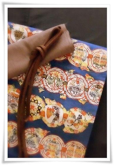 きもの/芝崎重一/墨紺座繰り糸紬無地単衣 | 帯/小島悳次郎作/「唐草鳥獣紋」