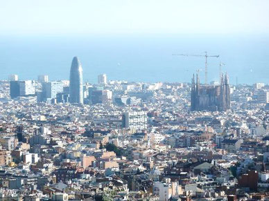 Fixpunkte des Blicks: Torre Agbar und Sagrada Família - Blick über Barcelona vom Tibidabo