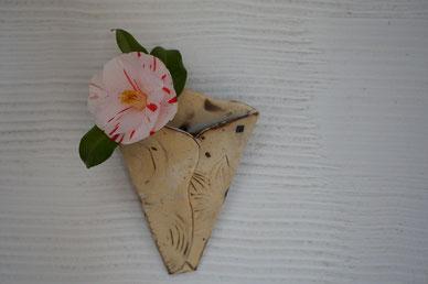 陶芸家 陶芸家のブログ 焼き物 花器 掛花入れ 苔 自然 笠間の陶芸家 女性陶芸家 椿
