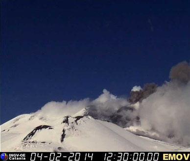 Emissione di cenere alle ore 13:30 locali ripresa dalla webcam sulla Montagnola dell'INGV-OE