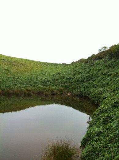 山頂付近にある池。ここに行ってみたかったんですよね。 クリアウォーターかと思ってたけど以外に、。(汗) *汚いわけじゃありませんよ!